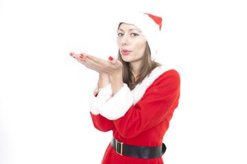 Frau im Weihnachtskostüm pustet