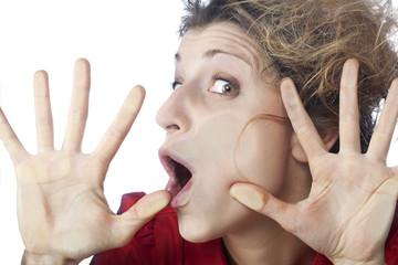 visage de femme écrasé contre vitre transparente