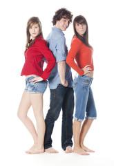 trois jeunes amis garçon filles posant