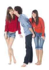 jeune garçon embrassant une fille