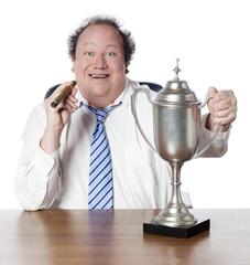 homme d'affaires victorieux avec une coupe de vainqueur