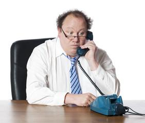 homme d'affaires démodé au téléphone fixe ancien