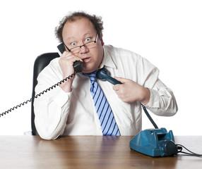 homme multitâche surmené au téléphone