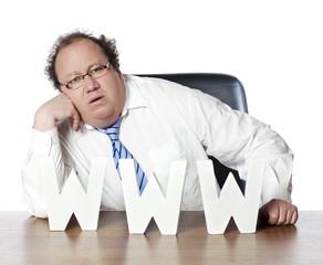 homme commercial soucieux du web
