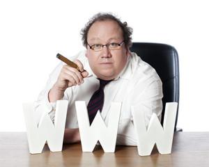 homme banquier suivant ses finances sur le net