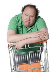 homme consommateur confus au supermarché