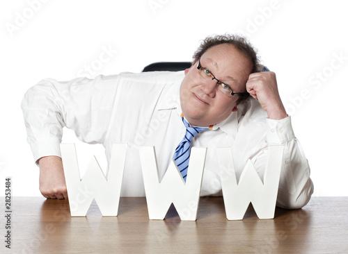 business man dépendant s'appuyant sur internet