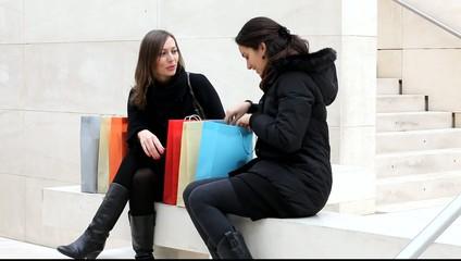 Zwei Frauen nach Shopping