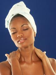 Atractiva afroamericana aseándose.
