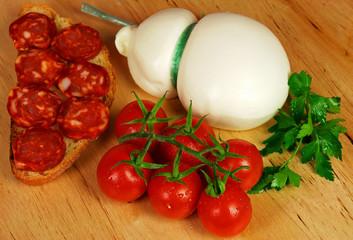 Dieta mediterranea - pomodori pane salame e provola