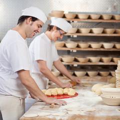 zwei bäcker bei der arbeit