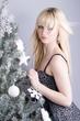 jeune femme blonde près du sapin de noël