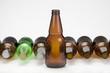 Botellas de cerveza verde y amarilla con tapas
