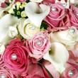 Strauß aus rosé Rosen mit Perlen