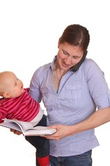 Telefonierende Geschäftsfrau mit Baby und Notizbuch