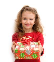 bimba che porge un pacco regalo