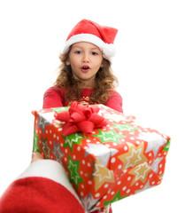 bimba che riceve un dono da Babbo Natale