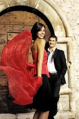 donna con velo rosso che danza per il suo uomo