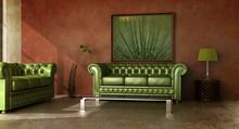 Rustykalne wnętrza kraju z zieloną skórzaną sofą.