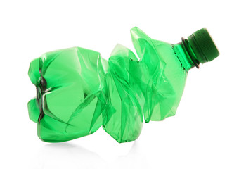 bottiglia di plastica verde schiacciata