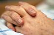 Hände einer pflegebedürftigen Person