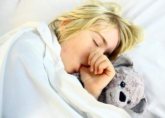 sucer son pouce en dormant