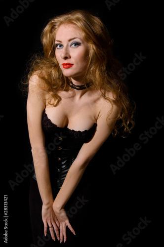 Стиль ВАМП женщина красивая мода на черный.