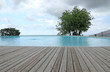 piscine avec bordure en lames de terrasse en bois massif