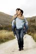 coppia felice che passeggia