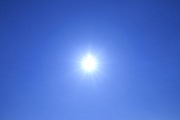 青空に光る太陽
