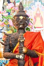 Brown avec la statue géante tissu orange à l'église