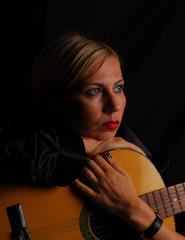 women playin guitar