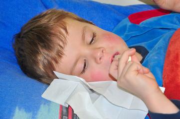 Krankes Kind beim Fieber messen