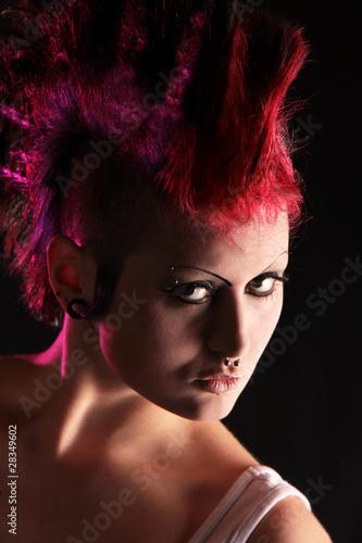 Portrait einer Punkerin in knalligen Farben