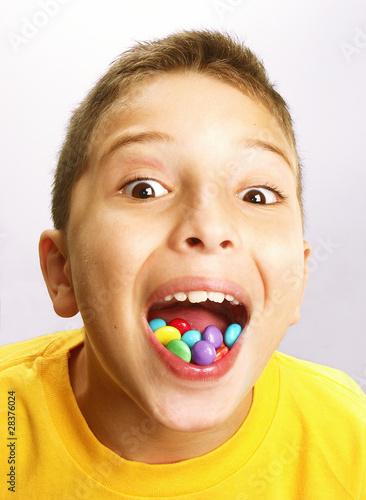 imagen nino comiendo golosina: