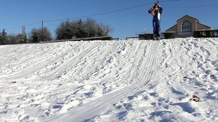 Deux enfants glissant sur la neige