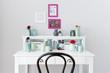 Weißer Schreibtisch mit Vasen und Blumen zum Träumen