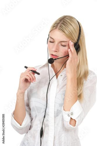 Junge Frau im Büro gestresst aussehend