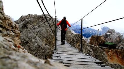 camminata sul ponte sospeso