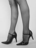 jambes de femmes sur talons aiguilles en noir et blanc poster