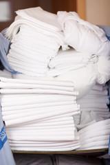 saubere bettlaken auf dem wäschewagen