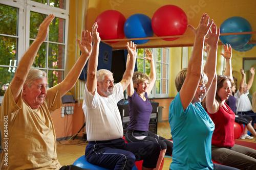 Gymnastik im Fitnesscenter - 28443612