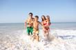 Leinwanddruck Bild - Young family play on beach