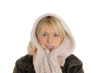 Junge Frau mit Schal
