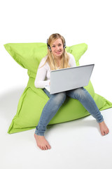 Frau mit Laptop und chattet