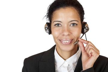 Lachende Frau mit Headset betreibt Kunden Support