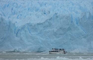 Ausflugsboot vor Gletscher