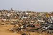 Leinwanddruck Bild - Kind läuft über Müllkippe in Afrika