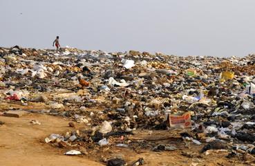 Kind läuft über Müllkippe in Afrika