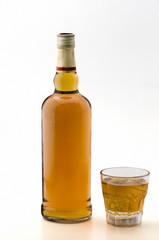 Botella y copa  de whisky